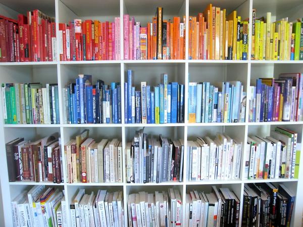 bookshelf-clutter
